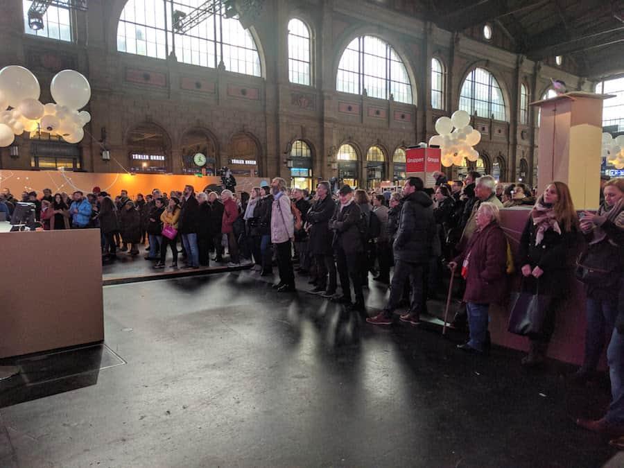 digitaltag-schweiz-hb-buehne-zuschauer